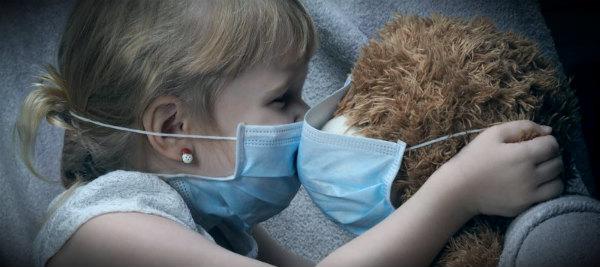 ребенок и медведь в масках