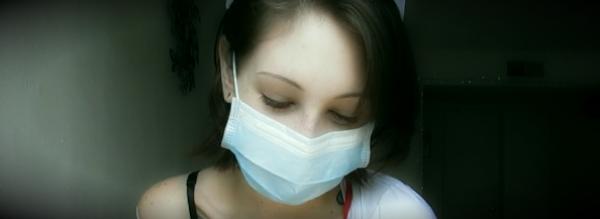 медицинская маска на девушке
