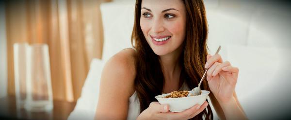 девушка и тарелка с орехами