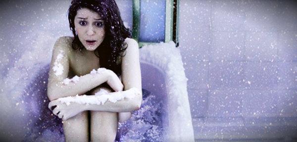 мерзнет в ванной