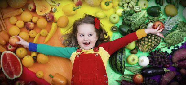 ребенок в овощах и фруктах
