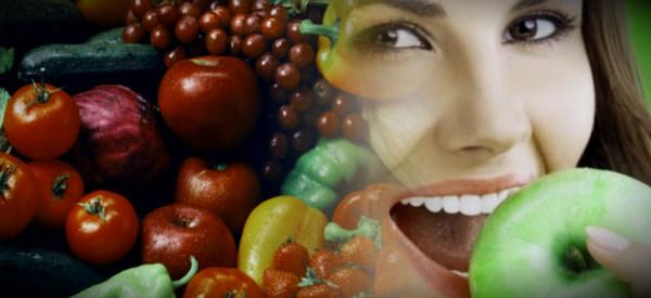 девушка есть яблоко в фруктах