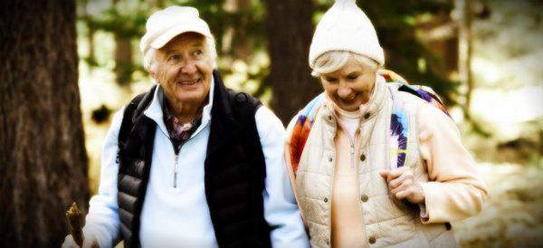 старики на прогулке