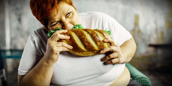 толстуха ест