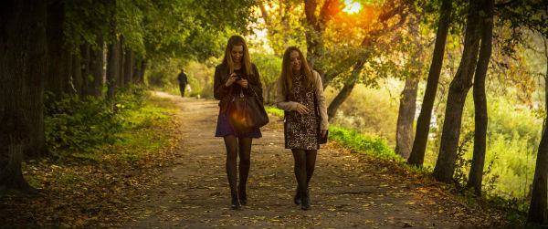 девушки гуляют