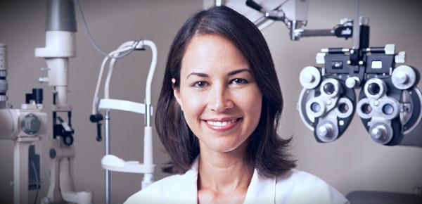 женщина офтальмолог
