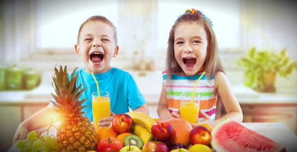дети радуются за столом