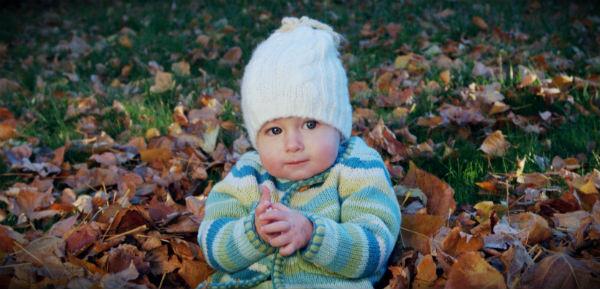 осень ребенок в шапке