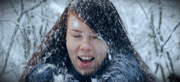 девушка без шапки зимой