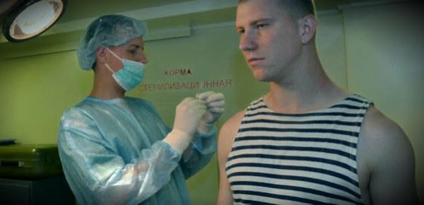солдату делают прививку