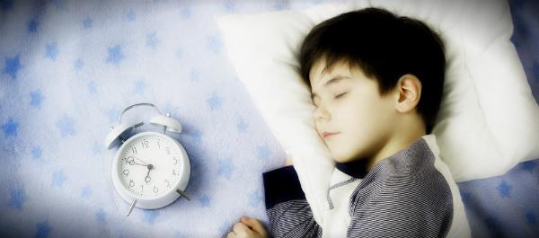 режим сна мальчик спит