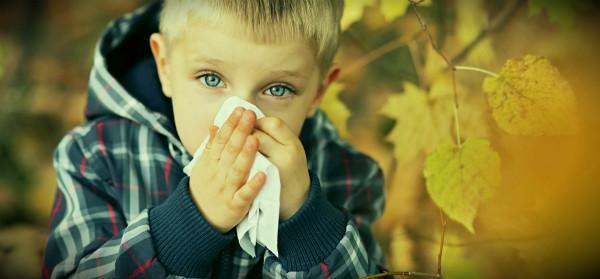 простывший осенью мальчик