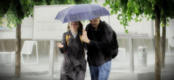 пара под дождём осенью