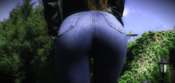 девушка попа в джинсах