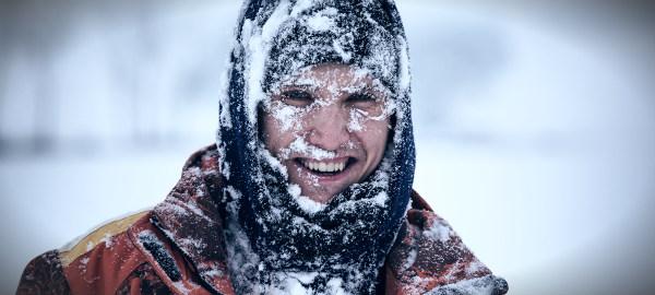мужчина замерз лед