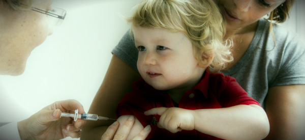 ставят прививку дошкольнику