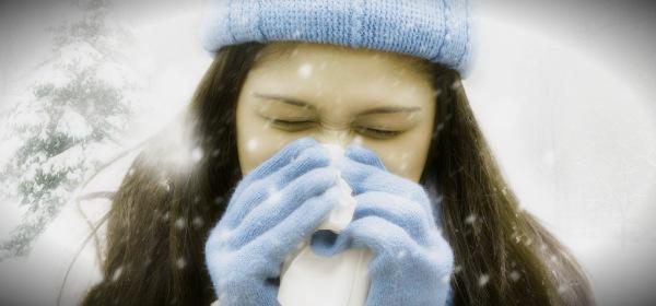 болеющая зимой девушка
