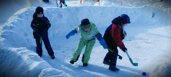 дети играют зимой на свежем воздухе