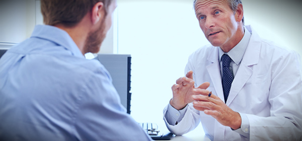 врач и мужчина обсуждают зачатие