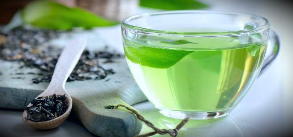 ароматный зеленый чай в чашке